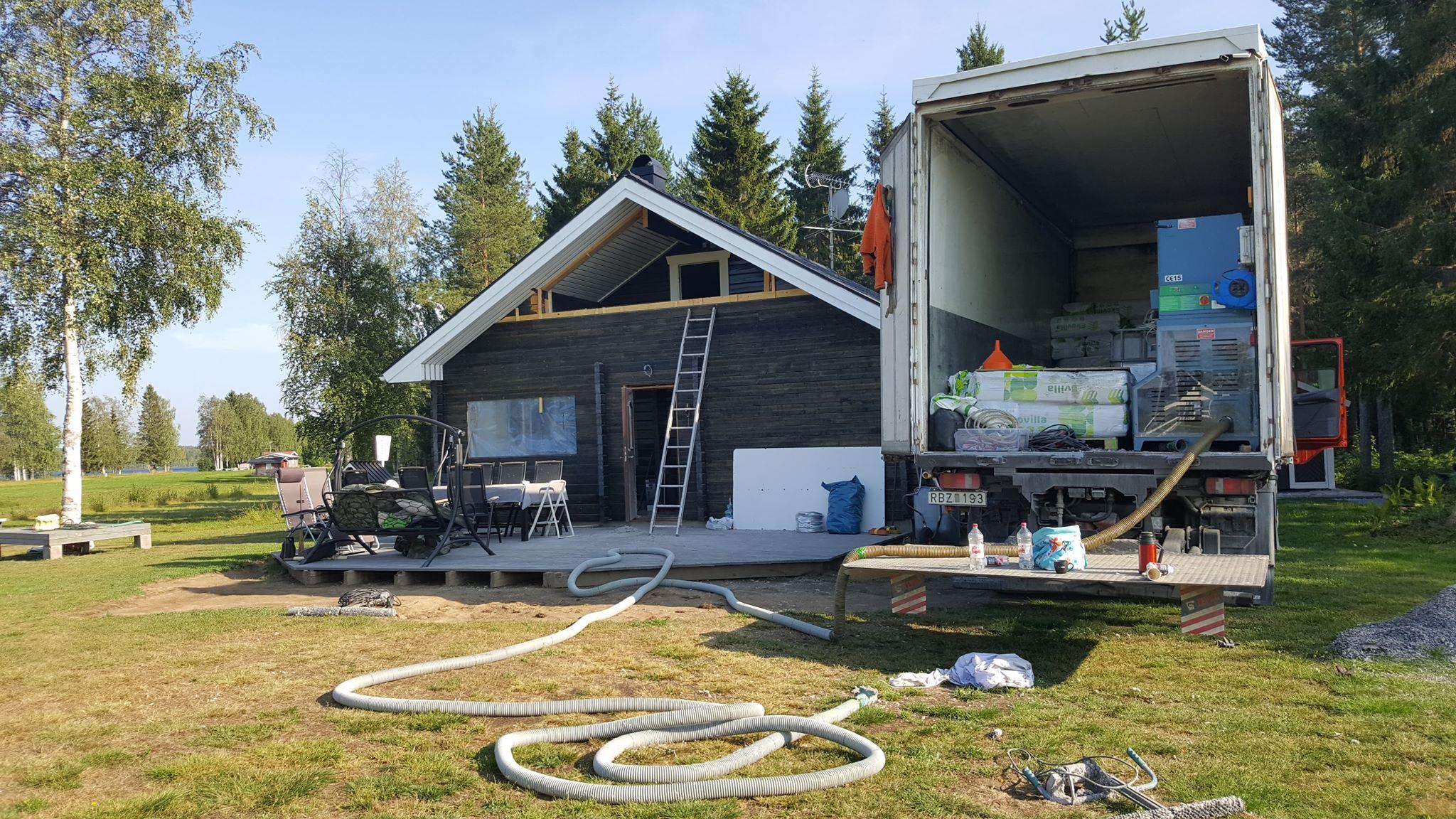 Limmar cellulosaisolering på insidan av timmerhus i Boden