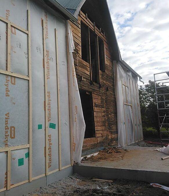 Isolering utsida vägg på timmerhus i Boden